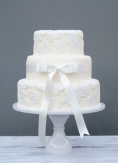 I like this central ribbon on a plain tier, with lace appliques on the other two