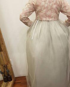 ㆍ ㆍ T H E D A N ㆍ ㆍ ㆍtip  드레시한 느낌의 전체 레이스 한복을 맞추실 경우  저고리 길이를  조금길게 입으시고 슬림하게 핏을 잡는 편이  저고리 뒷태를  날씬하게 보일 수 있습니다  전통 한복의 경우는 뒤태가 조금 여유있어 보이는게 품위가 있어 보이는데요 레이스 한복은 저고리 품이  슬림한 편이 날씬 해 보이고 더욱 아름답습니다  예쁜 레이스 한복을 입고 걸으실 때는 치마 뒷자락은 살짝 끌어도 그냥 두시고 앞쪽에서  살포시 치맛자락을 잡고 걸으시면 더욱 예쁘실 듯 합니다  앞 모습도 아름다워야 하지만 진정한 멋쟁이는 뒷모습이 더욱 아름답습니다  ㆍ ㆍ ㆍ ㆍ ㆍ ㆍ ㆍ ㆍ ㆍ ㆍ ㆍ ㆍ #한복더단#더단#더단한복 #더단팁##맞춤한복#한복맞춤 #드레시한#레이스한복#웨딩 #신부한복#혼주한복#결혼한복 #웨딩드레스#드레스#퓨젼스타일 #웨딩스타일#하객룩#뒷모습 #레이스#예쁜한복#청담#강남 #beautiful##hanbok#thedan…