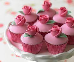 Ruusuin koristellut kuppikakut
