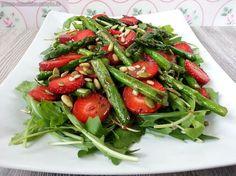 Rucola-Salat mit grünem Spargel, Erdbeeren sowie dem fruchtigen Pflaumensenf-Kokosblüten-Dressing