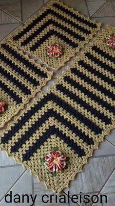 How to Use a Crochet Table Runner in Your Design Crochet Rug Patterns, Crochet Quilt, Crochet Squares, Crochet Home, Crochet Granny, Filet Crochet, Crochet Motif, Diy Crochet, Crochet Designs