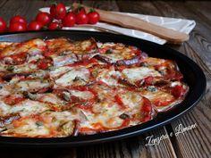 La pizza di melanzane è una ricetta rustica semplicissima, ma molto sfiziosa e saporita che piace sempre anche ai bambini. Facilissima da preparare.