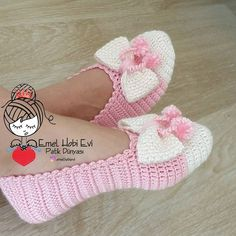 Knitting socks pattern lace leg warmers 18 Ideas for 2019 Crochet Boots, Crochet Baby Booties, Diy Crafts Crochet, Crochet Projects, Crochet Slipper Pattern, Crochet Patterns, Knitted Slippers, Bunny Slippers, Crochet Accessories