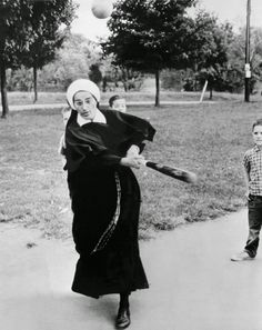 Nuns having fun will restore your faith in joy. 1965 A nun who cares for the boys at the St. Thomas Orphanage also teaches them a couple of things about baseball, in Louisville, Kentucky. Baseball Tips, Better Baseball, Vintage Pictures, Funny Pictures, Religion, My Demons, The Outfield, Meet The Team, Godly Woman