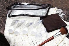 Necessaire em plástico cristal transparente e couro, Inclusos 4 frascos-bisnaga em pet resistente de 100 ml, 2 potes em plástico cristal de 8 gr. e 1 flaconete em plástico 2 ml. com válvula spray Acessório perfeito para quem ama viajar