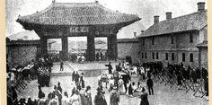 대안문 원래의 정문인 인화문은 철거하고 당시의 대안문을 다시 수리하여 정문으로 삼았다. 군인들이 대안문을 경계하고 있는 모습이다. (최석로 「사진으로 보는 조선시대-속」에서) Korean Photo, Vintage Photographs, Old Pictures, Once Upon A Time, Scandal, Seoul, Gazebo, The Past, Louvre
