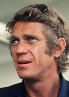 Trentacinque anni fa moriva il divo appassionato di corse d'automobile e abile pilota, artista indipendente che seppe opporsi al potere delle major. Per