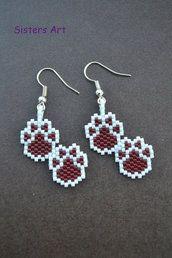 """Orecchini """"Zampette"""" realizzati con perline delica, by Sisters Art, in vendita su http://www.misshobby.com/it/negozi/sisters-art"""