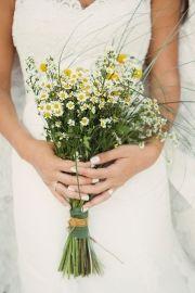 Νυφική ανθοδέσμη με άγρια λουλούδια