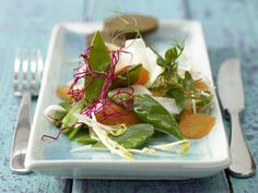 Mairübensalat mit Sprossen und Pumpernickel | Kalorien: 150 Kcal - Zeit: 25 Min. | http://eatsmarter.de/rezepte/mairuebensalat-sprossen