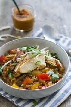 Recept voor een snelle variant op de bekende kip piri piri. Geserveerd met rijst en extra groenten. Restjes doen het ook goed als lunch!