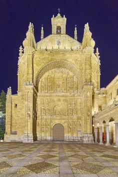 Convento de San Esteban. Salamanca Places In Spain, Places To See, Gothic Buildings, Old Churches, Kirchen, Exterior, Amazing Architecture, Barcelona Cathedral, Temples