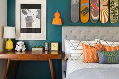 chambre bleu canard chic avec objets déco et accents orange, jaune et blanc