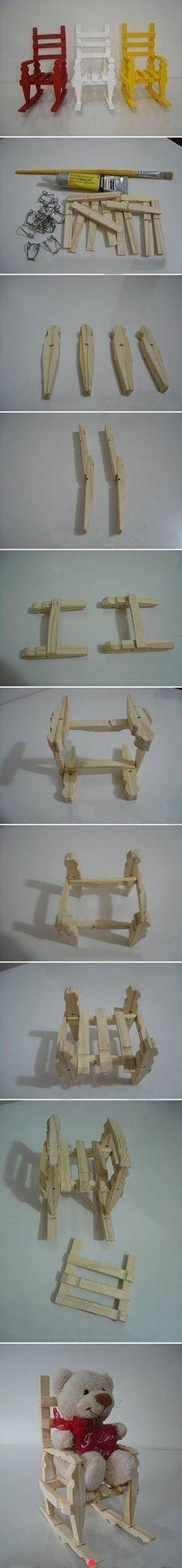 Pequenas cadeiras feitas com pregadores de roupas de madeira