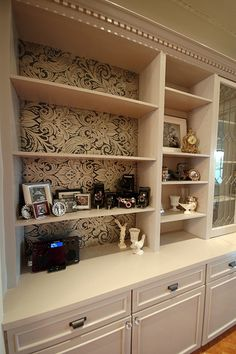 Art/wall Decor - Cream and brown wallpaper with a damask pattern. Ideal for a bookshelf. Bookshelves Built In, Built Ins, Bookcases, Wallpaper Bookshelf, Bookshelf Wall, Bookshelf Ideas, Book Shelves, Wall Shelves, Bookshelf Makeover