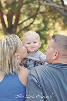 Blair Nicole Photography baby looking over mom and dads shoulder Summer Family Photos, Fall Family, Family Kids, Family Holiday, Bride Photography, Children Photography, Family Photography, Sweets Photography, Photography Ideas