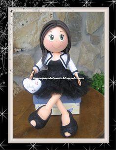 La Marquesa del Puerto: Fofucha sentada con vestido negro