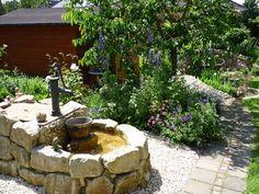 Unser Brunnen im Garten 'Funkelgrün'