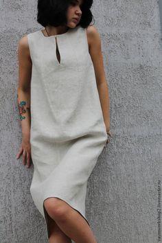 Купить или заказать Платье льняное из серии 'Камни' в интернет-магазине на Ярмарке Мастеров. Платье из приятного 'суховатого' льна с очень интересной фактурой. Мерцающего светло серого оттенка с вкраплениями. Силуэт свободный 'кокон' чуть сужающийся к низу. ТКАНЬ хорошо держит форму и как бы окружает фигуру. На горловине для фиксации разреза есть крючок, на уголках пара перламутровых бусин.…