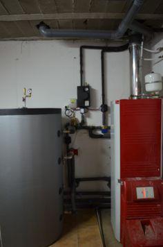 Colector de sistema solar térmico con regulación y acumulador solar.