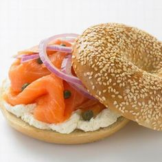 Best Breakfast Ever! Lachs, Capers, Red Onion, Cream Cheese on a Bagel. Ny Bagel, Ny Food, Bagel Sandwich, Cold Dishes, Delicious Sandwiches, Rolls Recipe, Smoked Salmon, Best Breakfast, Brunch