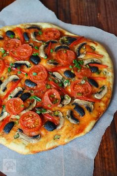Pizza de post | CAIETUL CU RETETE Pizza Recipes, Vegan Recipes, Cooking Recipes, Vegan Food, Easy Recipes, Romanian Food, Romanian Recipes, Tasty, Yummy Food
