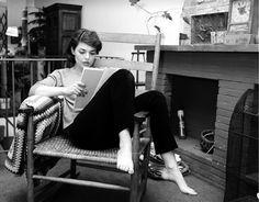 """Anne Bancroft nel 1963  L'attrice statunitense Anne Bancroft studia il copione di un film seduta su una sedia a dondolo nella sua casa di New York, nel 1963. Famosa per avere interpretato - tra gli altri - il ruolo della protagonista di """"Anna dei Miracoli"""", che le valse un Oscar come migliore attrice nel 1963, e quello di Mrs. Robinson ne """"Il Laureato"""", Anne Bancroft nacque il 17 settembre del 1931 e morì il 6 giugno del 2005. Oggi sarebbe stato il suo compleanno. (AP Photo)"""