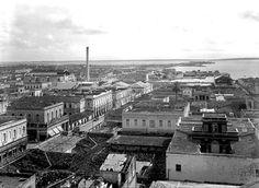 Vista Panorámica de la ciudad de Cienfuegos,años 50. Fue fundada el 22 de abril de 1819 por colonos franceses al mando de Don Luis De Clouet. Se asentaron en la península de Majagua y nombraron a la Villa Fernandina de Jagua en honor al Rey Fernando VII y a la estirpe aborigen . Diez años más tarde, en 1829, el Rey autoriza el cambio de nombre de la villa que desde entonces se llama Cienfuegos, en honor al Capitán General de la Isla de Cuba.