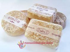 Materiales:      -Base de jabón de glicerina transparente      -Copos de avena      -Miel natural      -Aceite de almendras, aceite de rosa de mosqueta      -Moldes pequeños de silicona      -Acohol de 90º      Base de jabón de venta en nuestra tienda online ...