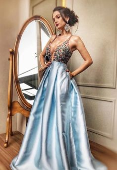 2019 azul vestido de baile de comprimento, vestido de baile elegante com bordado superior, azul Formal E . Top Y Pollera, Prom Dresses With Pockets, Pulls, Gowns, Formal Dresses, Womens Fashion, Pretty, Beautiful, Outfits