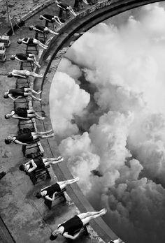 Merve Özaslan es una artista con base en Estambul que toma fotografías antiguas en blanco y negro de gente en la calle o mujeres en la playa, y les inserta piezas de paisaje natural.