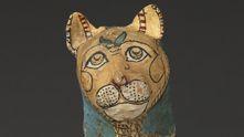 """Un mono acaricia a su cría mientras un asno toca el arpa. A lo lejos, ruge el león. Los animales, reales o representados, salvajes o domesticados, desempeñan un papel fundamental en el antiguo Egipto y son omnipresentes en la vida cotidiana. La exposición """"Animales y faraones"""" muestra la función y la importancia de la figura animal en la civilización faraónica. Los antiguos egipcios se apropiaron de los animales para emplear de distintas formas sus imágenes simbólicas. De este modo, la…"""