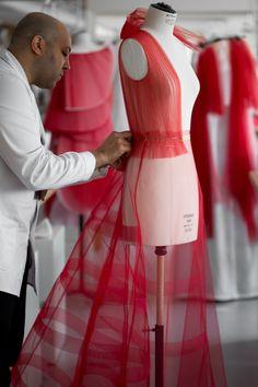 Les étapes de la conception de la robe plissé du défilé Dior haute couture
