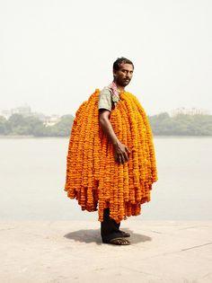 Portraits de vendeurs de fleurs à Calcutta vendeur fleur india marche ghat homme 01 599x800
