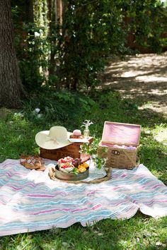 A Laid Back Mother's Day Picnic (Camille Styles) Mother's Day Activities, How To Memorize Things, Things To Come, Romantic Picnics, Picnic In The Park, Summer Picnic, Picnic Time, Summer Fun, Fun Projects