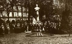 La ciudad de Donostia-San Sebastián homenajeó al músico donostiarra José María Usandizaga con esta escultura en la Plaza Gipuzkoa #donostia #fotosantiguas #plazagipuzkoa #arte #escultura #donostia