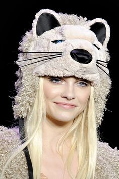 Rock on! Anna Sui, are the animal hats from Ginta Lapina for sale as well :O Ginta Lapina, Hair Styles 2014, High Fashion Photography, Looks Street Style, Animal Hats, Model Face, Anna Sui, International Fashion, Winter White