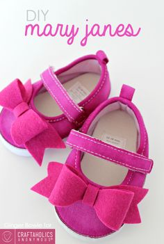 DIY Mary Janes Baby Shoes tutorial || love the felt bow! I'm thinking baby shower gifts.