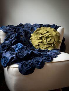 Manta de rosas de feltro em tom jeans.