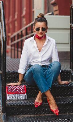 Джинсы, белая рубашка, бандана, очки