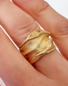 Contemporary chunky gold ring, Sand texture inspired by the Judean Desert. Clean Gold Jewelry, Keep Jewelry, Jewelry Art, Jewelry Design, Gold Jewellery, Antique Jewellery, Silver Jewelry, Large Wedding Rings, Unique Wedding Bands