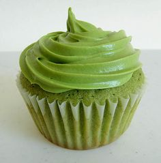 Green Tea Cupcakes with matcha (green tea powder ) are absolutely perfect for all lovers of green tea. This green color cupcakes look divine. Cupcakes are so Matcha Cupcakes, Green Tea Cupcakes, Vanilla Cupcakes, Healthy Cupcakes, Gourmet Cupcakes, Strawberry Cupcakes, Easter Cupcakes, Flower Cupcakes, Velvet Cupcakes