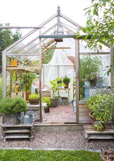 Kasvihuone tehtiin elementeistä ja sisustettiin kierrätystavaralla. Kekseliäillä ratkaisuilla siitä luotiin persoonallinen, tuoksuva kesäkeidas.