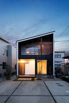 Pretty Small House Design Architecture Ideas Small is in. The small house design requires more creativity to provide everything you want in a smaller space. Japanese Modern House, Modern Small House Design, Small House Exteriors, Small Modern Home, Loft House Design, Modern Exterior, Exterior Design, Design Studio, Facade House