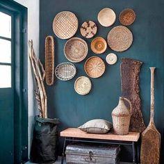 工芸品のような素朴な雰囲気のかごやお皿をデコレーションに。棚やカウンターに飾るだけでなく、壁を使うとセレクトショップのような演出ができます。自然素材のブラウンやベージュカラーが、濃いめのターコイズと相性が抜群。