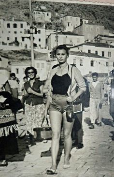 Love this simple photo of Sofia Loren. Who in the world needs a thigh gap? Hollywood Icons, Hollywood Actresses, Classic Hollywood, Old Hollywood, Actors & Actresses, Sophia Loren, Carlo Ponti, Italian Actress, Actrices Hollywood