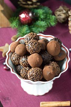 Zutaten für das Rezept der Rumkugeln:  60 g Butter 60 g Zucker 20 g Kakao 2 Eigelb 250 g geriebene Schokolade 1 EL Rum Streuselschokolade, Backkakao, Raspelschokolade -> als Deko