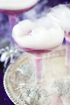 22 Scarily Good Halloween Cocktails for Grown-ups: Purple-Witches Brew. Halloween Cocktails, Holiday Cocktails, Cocktail Drinks, Cocktail Recipes, Halloween Treats, Halloween Fun, Dry Ice Drinks, Cheers, Smoothies