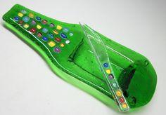 Petisqueira / porta patês / frios/ molhos/ sushi / velas / flores / aromas  1 petisqueira garrafa verde / detalhes coloridos  1 faquinha de vidro     PRODUTO RECICLADO - ARTIGO SUSTENTÁVEL R$35,00