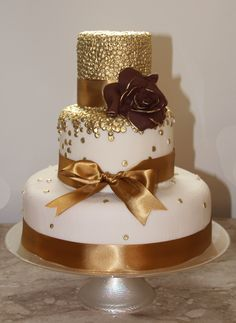Bolo dourado Beautiful Wedding Cakes, Beautiful Cakes, Amazing Cakes, Bolo Glamour, Mini Cakes, Cupcake Cakes, 50th Birthday Party, Birthday Cake, Cool Cake Designs